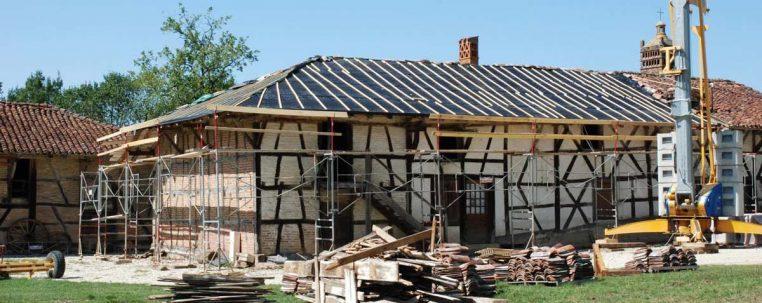 Travaux à la ferme du Sougey : réfection du toit de la ferme - Corps de logis