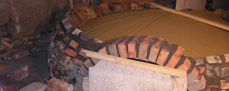 Dôme de la voûte en sable mouillé et tassé